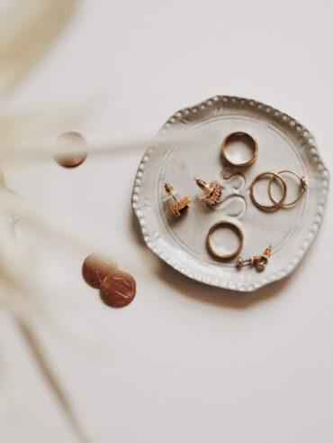 gouden sieraden in bakje
